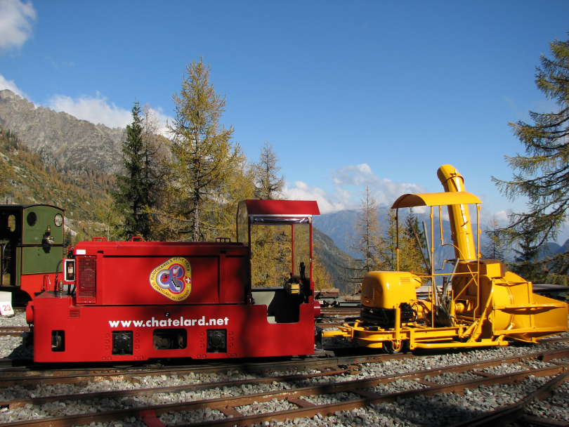Battery%20electric%20loco%20and%20snowplough%20at%20Chateau%20d%27Eau