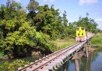 #18 crosses the recently overhauled bridge over Liverpool Creek, Cowley. Oct-07.